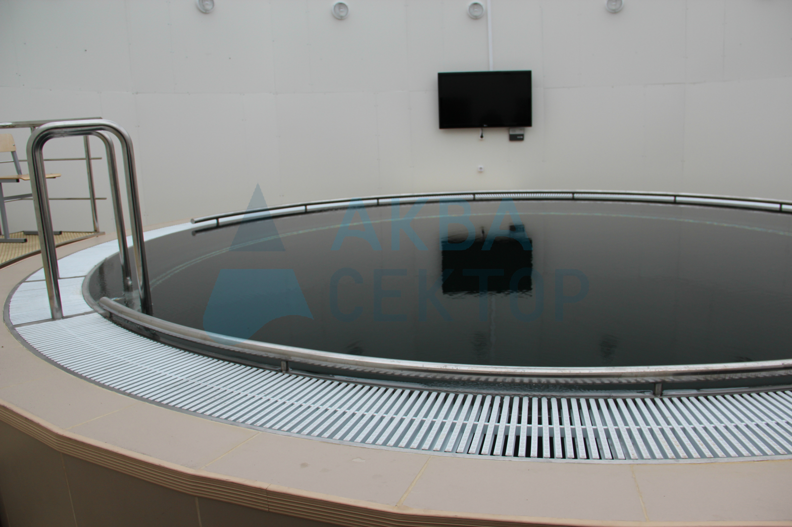 Deep pool for divers training